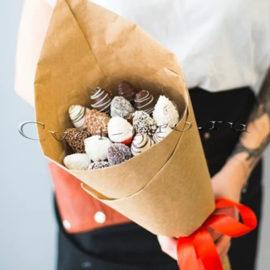 Букет Клубничная мечта в шоколаде S, купить цветы Тольятти